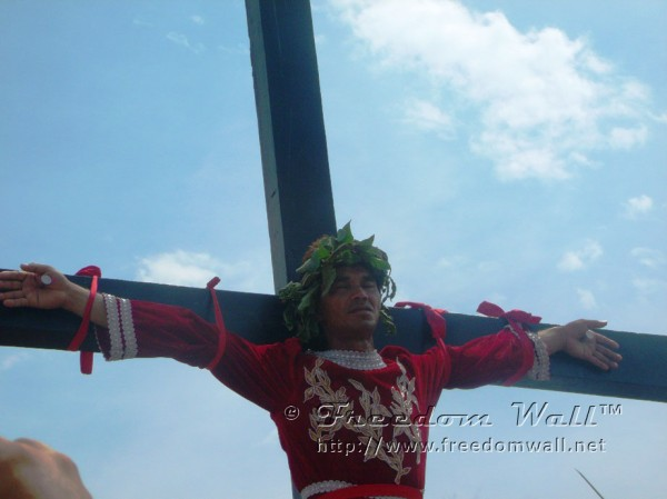 man-being-crucified-in-san-pedro-cutud-2012