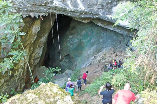 The mouth of Lumiang Cave