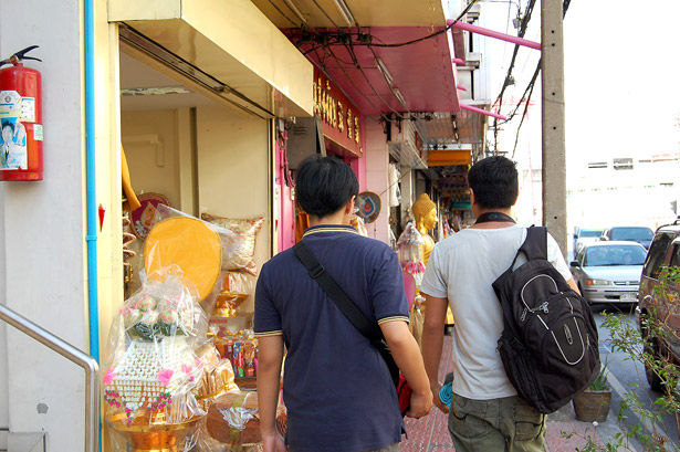 Stroll along Thanon Bamrung Muang