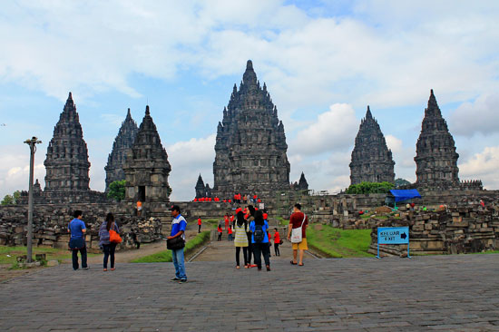 Tourist swarmed the Prambanan early in the morning