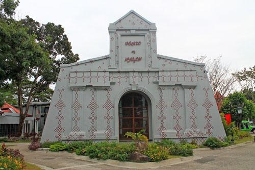 Museo ng Nayon exhibits Filipino textiles from Mindanao