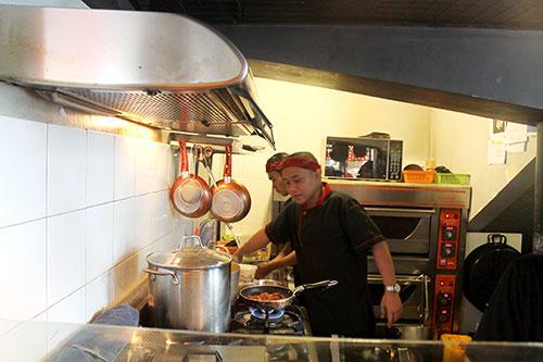 Hala Paella's Chef on duty