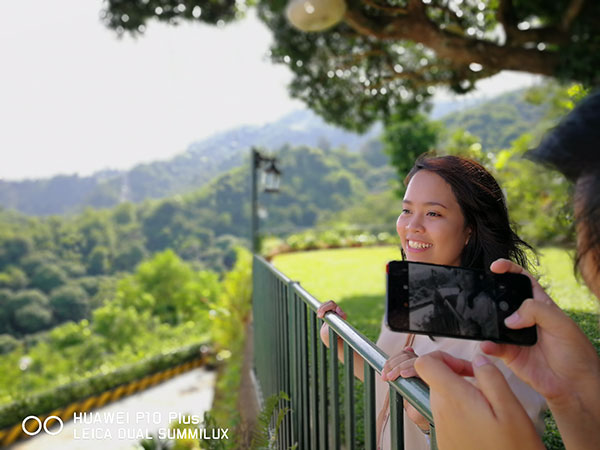 Capture smiles with Huawei P10. Model: Mimi Gonzales
