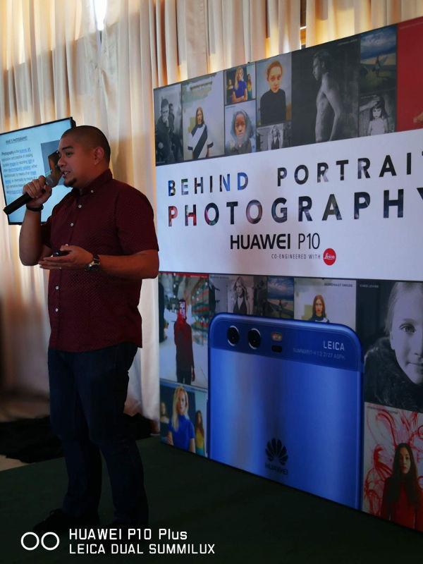 Veejay Villafranca speaking at Huawei Behind Portrait Photography Workshop