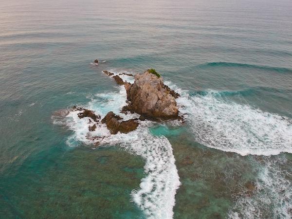 A rock island that floats next to Dimakyat Island