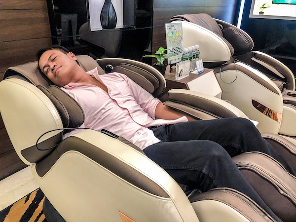 Trying the Smart Vogue Plus Urban Matrix Massage Chair. I almost fell a sleep.
